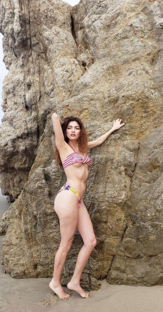 Không áo ngực, mỹ nhân Hollywoood quyến rũ với jumpsuit màu nude bó sát - ảnh 8