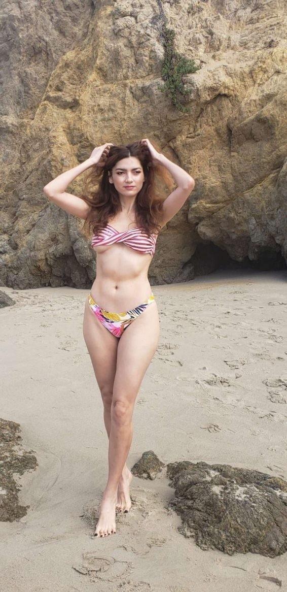 Không áo ngực, mỹ nhân Hollywoood quyến rũ với jumpsuit màu nude bó sát - ảnh 9