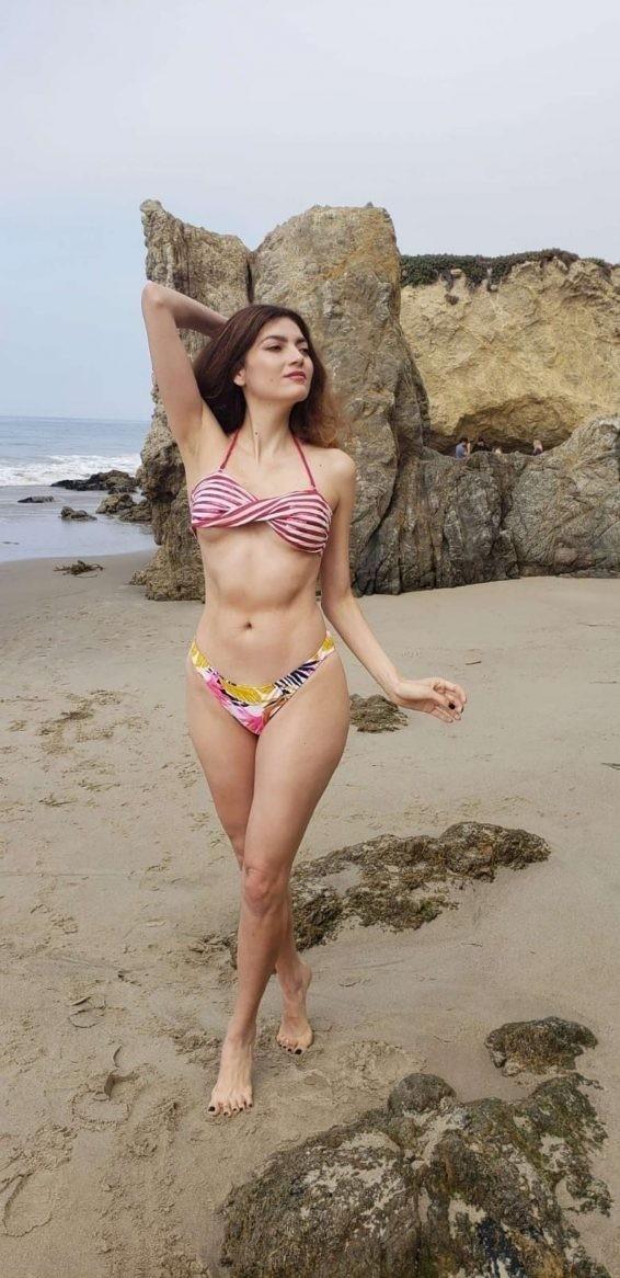 Không áo ngực, mỹ nhân Hollywoood quyến rũ với jumpsuit màu nude bó sát - ảnh 10