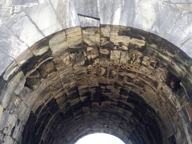 Mái vòm cổng phía nam Thành nhà Hồ bị hư hỏng đã được tu sửa - ảnh 1