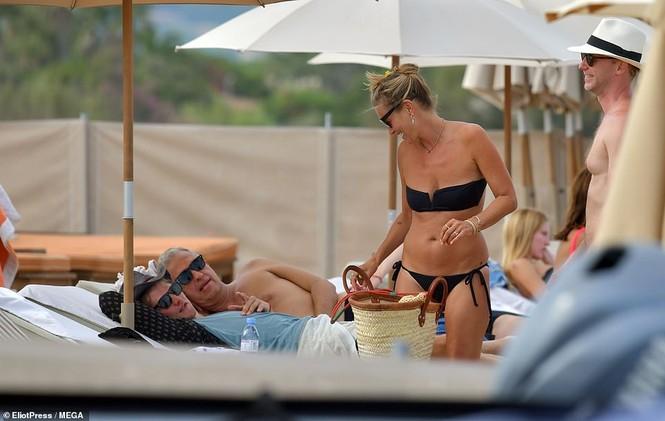 'Huyền thoại làng mốt' Kate Moss tự tin mặc bikini bé xíu ở tuổi 45 - ảnh 8