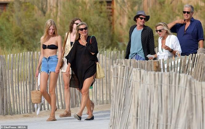'Huyền thoại làng mốt' Kate Moss tự tin mặc bikini bé xíu ở tuổi 45 - ảnh 9