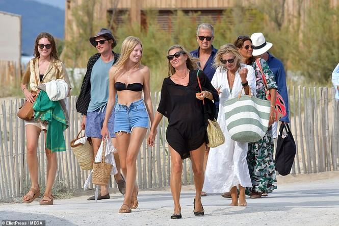 'Huyền thoại làng mốt' Kate Moss tự tin mặc bikini bé xíu ở tuổi 45 - ảnh 10