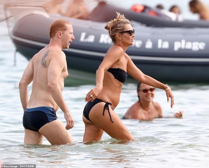 'Huyền thoại làng mốt' Kate Moss tự tin mặc bikini bé xíu ở tuổi 45 - ảnh 4