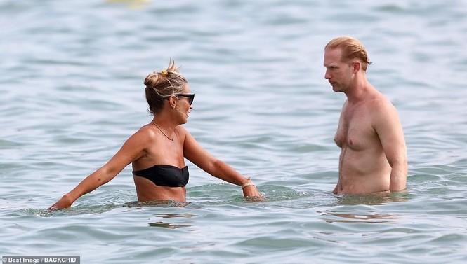 'Huyền thoại làng mốt' Kate Moss tự tin mặc bikini bé xíu ở tuổi 45 - ảnh 5