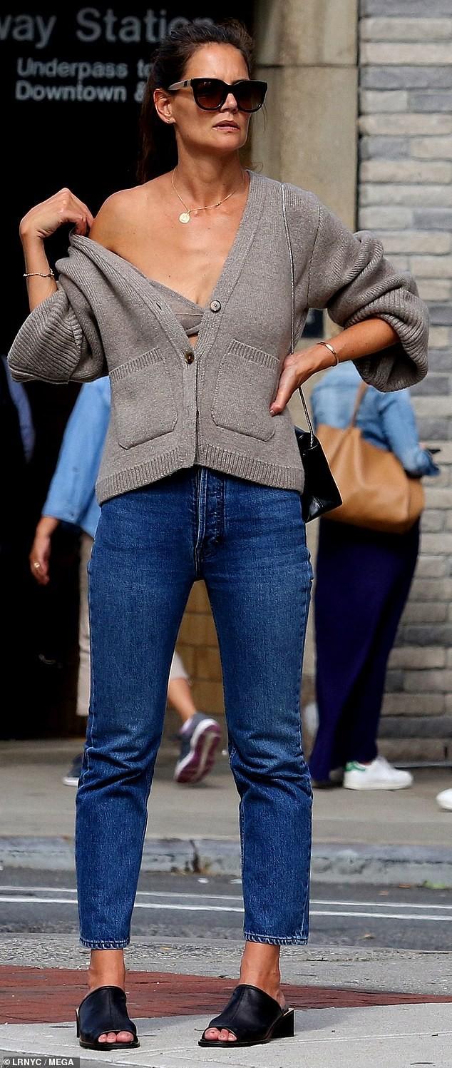 Katie Holmes mặc áo cardigan lệch vai, lộ nội y và ngực chảy xệ  - ảnh 4