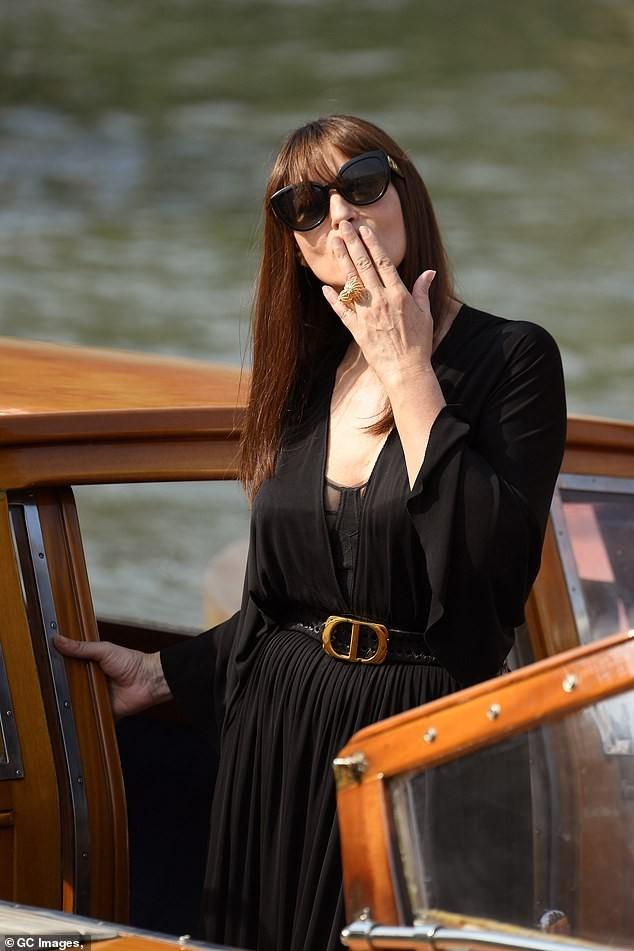 'Tượng đài nhan sắc Ý' Monica Bellucci siêu gợi cảm với áo cổ sâu buông lơi - ảnh 1