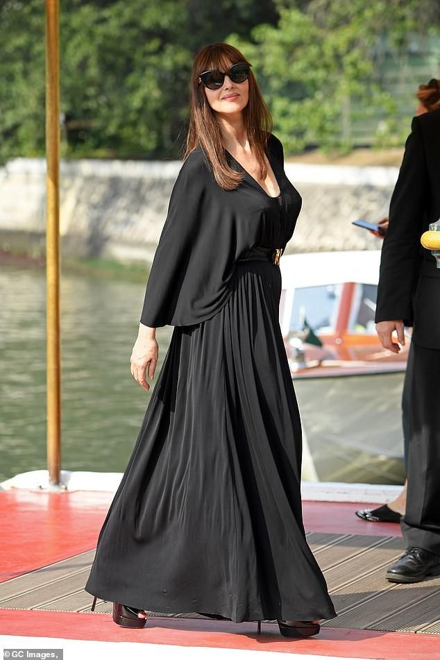 'Tượng đài nhan sắc Ý' Monica Bellucci siêu gợi cảm với áo cổ sâu buông lơi - ảnh 2