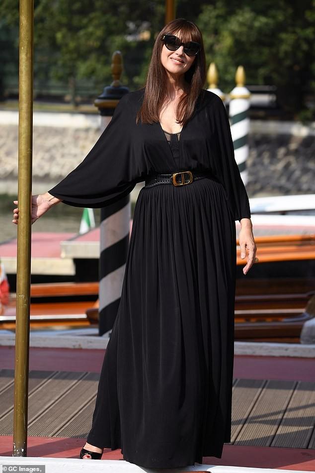 'Tượng đài nhan sắc Ý' Monica Bellucci siêu gợi cảm với áo cổ sâu buông lơi - ảnh 3