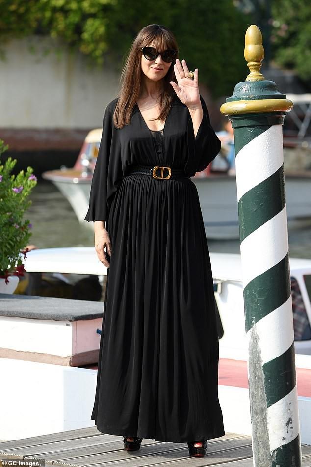 'Tượng đài nhan sắc Ý' Monica Bellucci siêu gợi cảm với áo cổ sâu buông lơi - ảnh 4