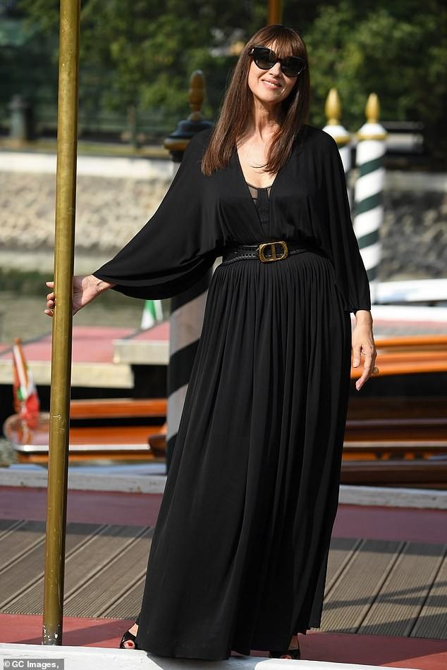 'Tượng đài nhan sắc Ý' Monica Bellucci siêu gợi cảm với áo cổ sâu buông lơi - ảnh 5