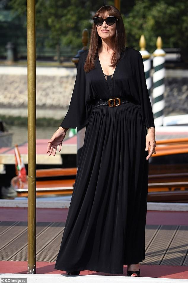 'Tượng đài nhan sắc Ý' Monica Bellucci siêu gợi cảm với áo cổ sâu buông lơi - ảnh 7