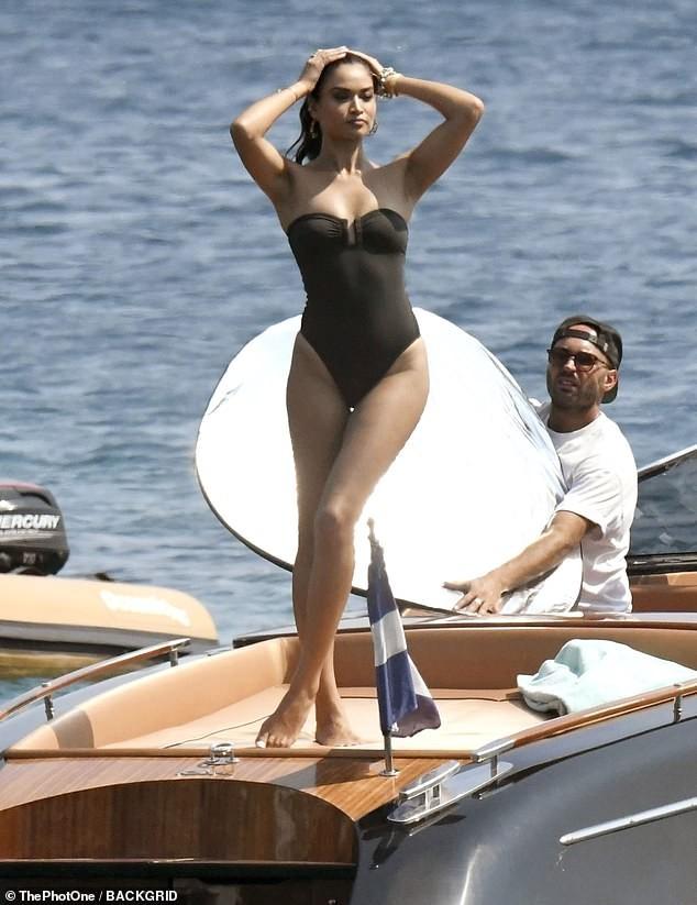 Siêu mẫu Úc Shanina Shaik khoe dáng săn chắc nóng bỏng với áo tắm  - ảnh 1