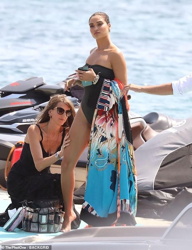 Siêu mẫu Úc Shanina Shaik khoe dáng săn chắc nóng bỏng với áo tắm  - ảnh 2