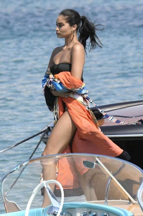 Siêu mẫu Úc Shanina Shaik khoe dáng săn chắc nóng bỏng với áo tắm  - ảnh 9