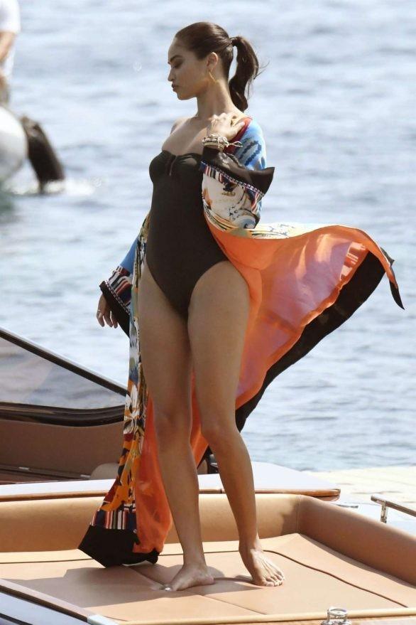 Siêu mẫu Úc Shanina Shaik khoe dáng săn chắc nóng bỏng với áo tắm  - ảnh 10