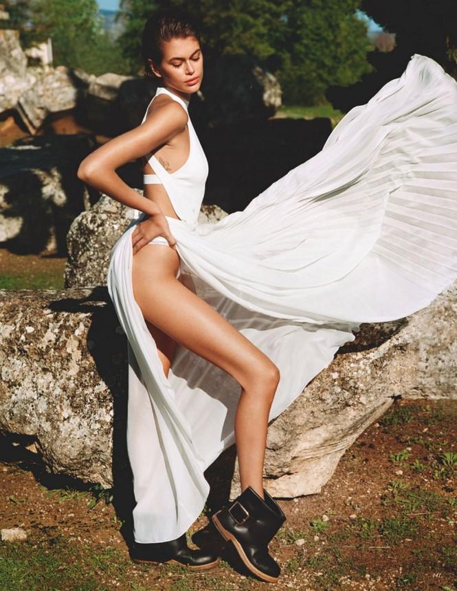 Con gái siêu mẫu 19 tuổi của Cindy Crawford lần hiếm hoi 'thả rông' táo bạo trên tạp chí - ảnh 3
