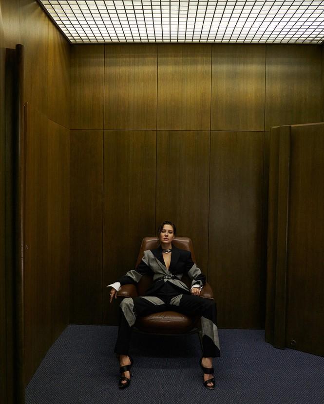 Sau chia tay Brad Pitt, tình cũ kém 30 tuổi 'thả rông' táo bạo trên tạp chí - ảnh 5