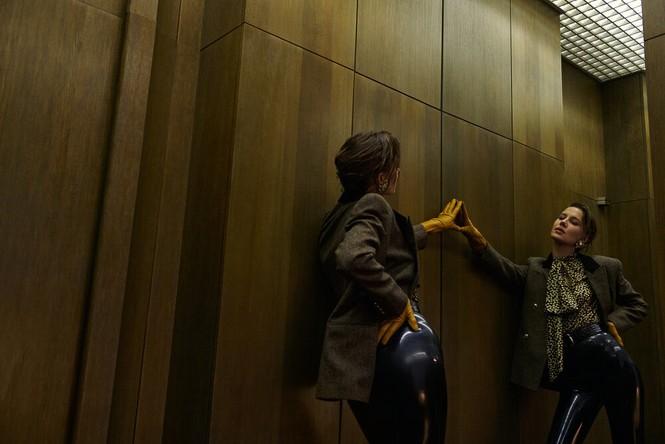 Sau chia tay Brad Pitt, tình cũ kém 30 tuổi 'thả rông' táo bạo trên tạp chí - ảnh 6