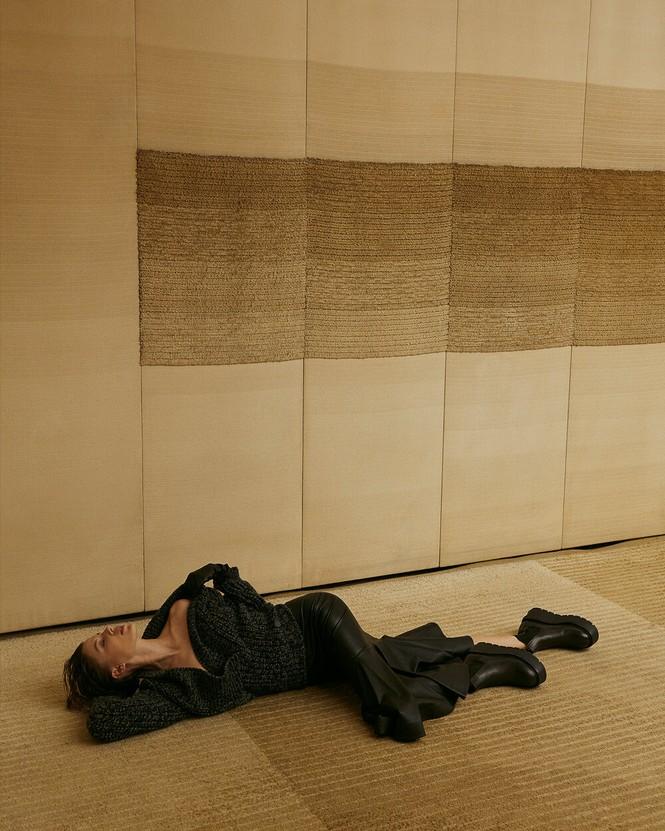 Sau chia tay Brad Pitt, tình cũ kém 30 tuổi 'thả rông' táo bạo trên tạp chí - ảnh 17