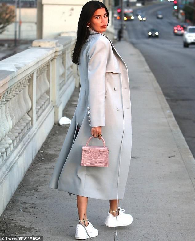 Nàng WAG nóng bỏng Nicole Williams mặc cắt xẻ, đẹp như fashionista trên phố - ảnh 3