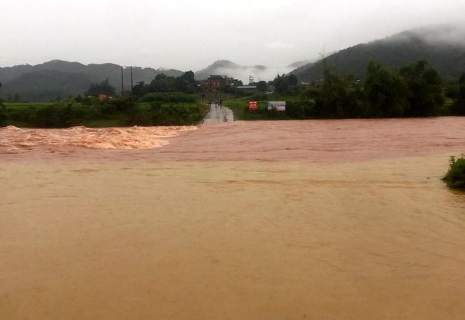 Lũ đang lên nhanh ở vùng cao Quảng Ninh chia cắt nhiều xã - ảnh 1