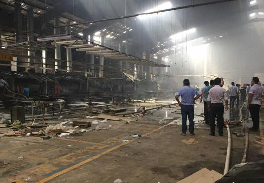Kho sơn công ty gỗ phát cháy, công nhân tháo chạy khi đang làm việc - ảnh 4