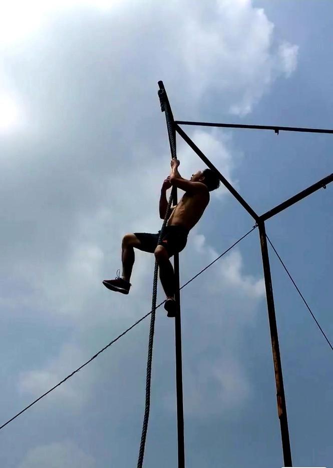 Thầy giáo dạy văn thích đu dây, trèo tường… - ảnh 1