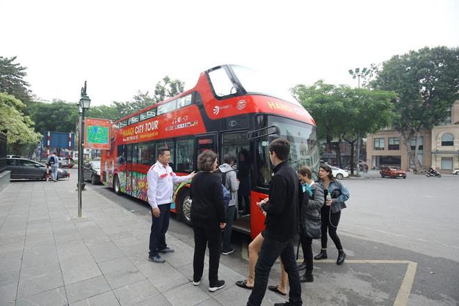 """Du lịch Hà Nội bằng """"siêu"""" xe buýt 2 tầng - ảnh 1"""