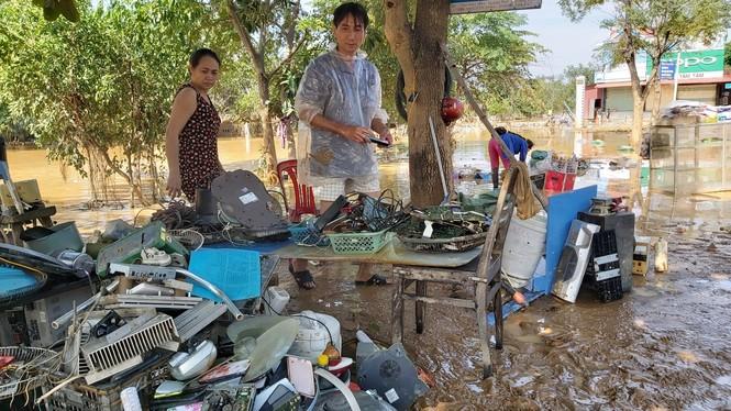 Miền Trung khắc phục hậu quả lũ lụt: Bới bùn vớt vát tài sản - ảnh 2