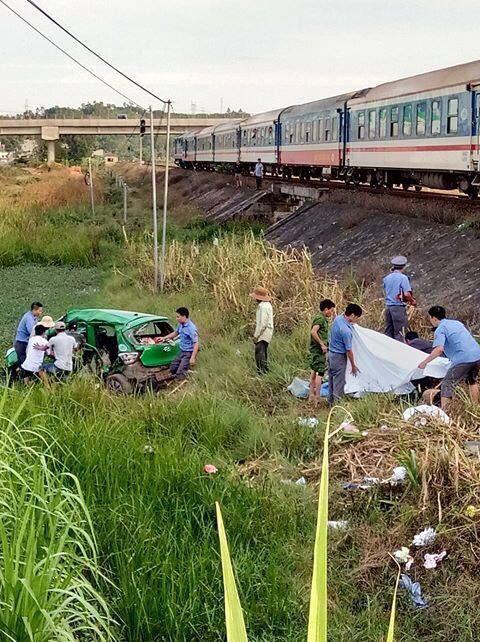 Kinh hoàng tàu hỏa tông taxi văng xuống ruộng, 5 người thương vong - ảnh 1