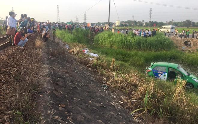 Kinh hoàng tàu hỏa tông taxi văng xuống ruộng, 5 người thương vong - ảnh 2