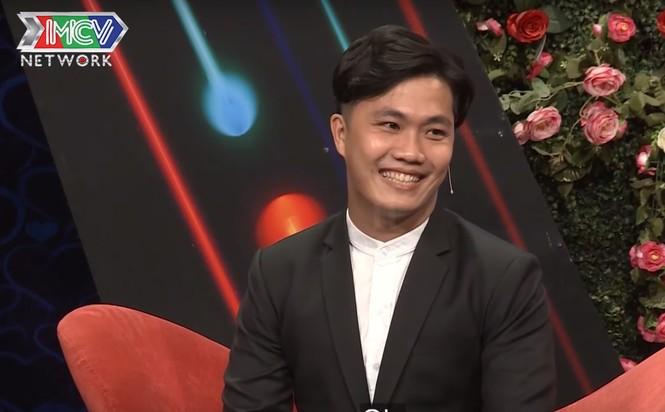 Quyền Linh 'đứng hình' với anh chàng 28 tuổi vẫn thích 'sờ ti' mẹ ở show hẹn hò - ảnh 1