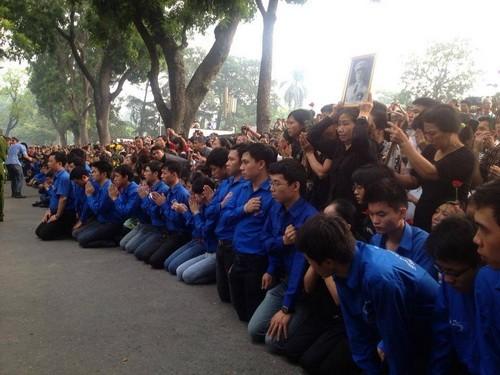 Sinh viên tình nguyện quỳ xuống tiễn biệt người