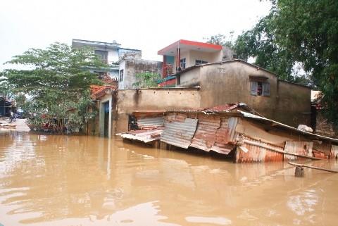 Nhà cửa người dân ngập sâu trong nước