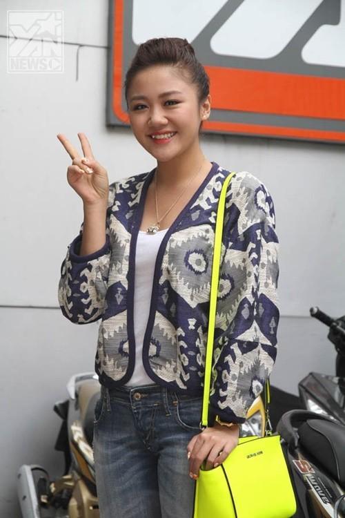 Điểm duy nhất kéo lại tuổi trẻ cho Văn Mai Hương là chiếc túi neon hợp mốt. Còn lại chiếc áo khoác tiếp tục là lựa chọn sai lầm của cô