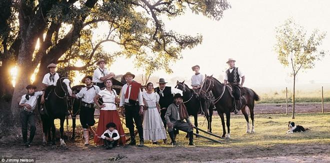 Người Gauchos ở Argentina sống du mục trên lưng ngựa và lang thang trên thảo nguyên từ đầu những năm 1700. Vào thế kỷ 19, cuộc sống của họ gặp nhiều khó khăn vì các quy định chống người du mục. Người Gauchos có thú tiêu khiển như đánh bạc, uống rượu, chơi guitar và ca hát.