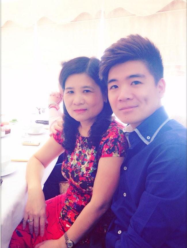 Những nét mềm mại trên gương mặt của chàng trai 25 tuổi được thừa hưởng từ mẹ