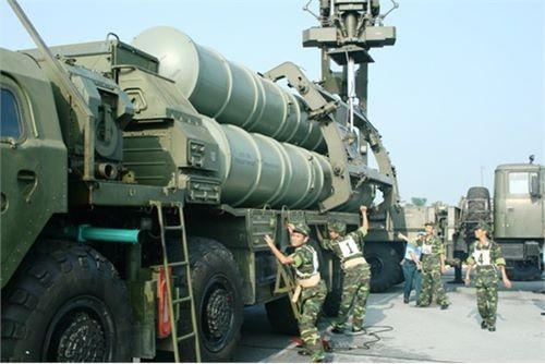 Nhanh chóng triển khai hệ thống tổ hợp tên lửa - ra đa dẫn đường chuẩn bị cơ động chiến đấu