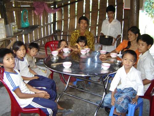 Ngoài đứa con trai lớn đi học sửa xe ở xa, mỗi ngày, gia đình anh Tùng đông đủ 10 người