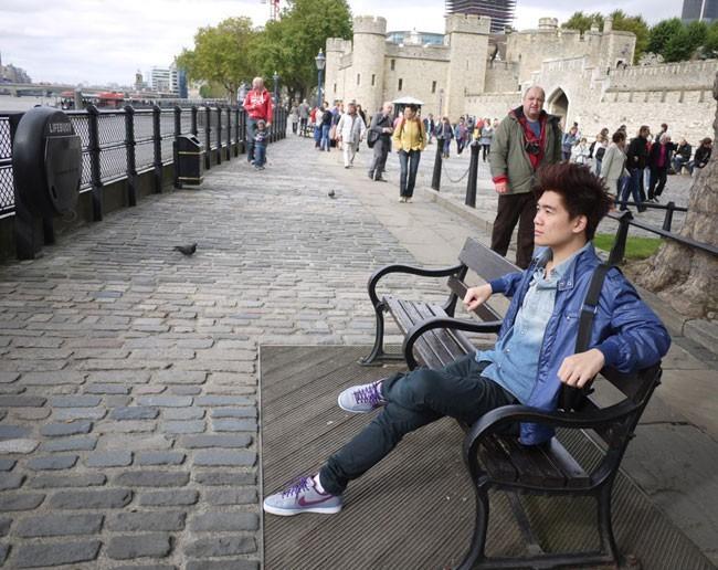 Giống như nhiều bạn trẻ cùng trang lứa, Vinh cũng thích ca hát và chụp hình
