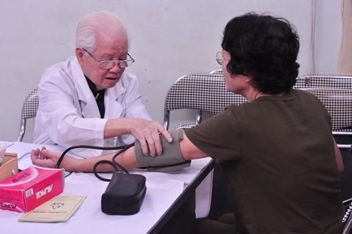 Bác sĩ Lê Thanh Thước khám sức khỏe cho bệnh nhân. Ảnh: Lê Anh