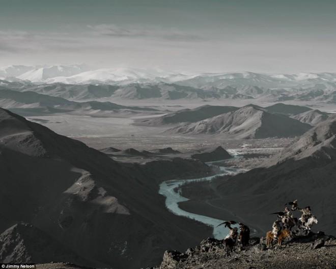 Các bộ lạc Kazakh là những người gốc Thổ Nhĩ Kỳ bắt nguồn từ phần phía bắc của Trung Á. Trong hơn 2 thế kỷ qua, những người đàn ông của bộ lạc luôn đi săn bắn trên lưng ngựa cùng các con đại bàng vàng