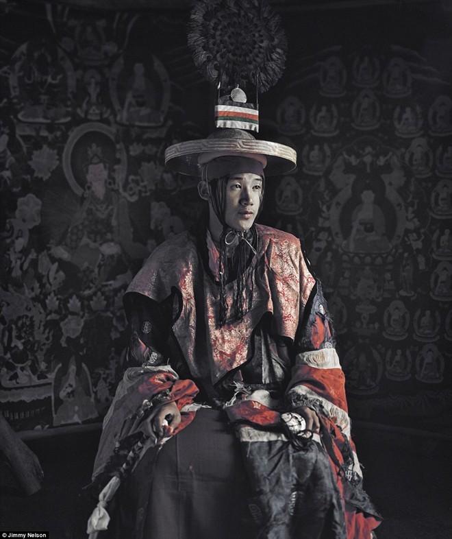 Bộ lạc Mustang ở Mun Tan, Tây Tạng là hậu duệ của Vương quốc Lo. Bộ lạc này nằm trên một cao nguyên lộng gió ở giữa tây bắc Nepal và Tây Tạng, một trong những vùng đất xa xôi hẻo lánh nhất thế giới. Đây là một trong những bộ lạc cuối cùng đang lưu giữ nền văn hóa cổ của người Tây Tạng. Người Lo có cấu trúc gia đình truyền thống, theo đó người con trai sẽ kế thừa tài sản của gia đình