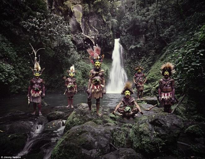 Bộ lạc Wigmen Huli cư trú ở Papua New Guinea và nổi tiếng với mái tóc giả cầu kỳ, nhiều màu sắc