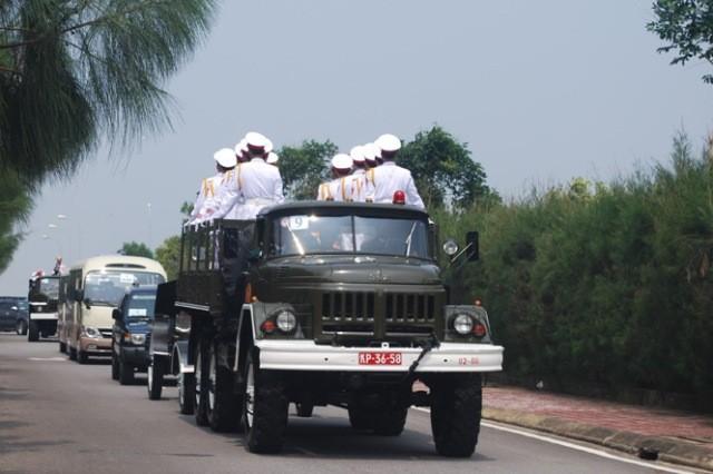 Đoàn Linh xa chở linh cữu Đại tướng trên đường về Vũng Chùa - Đảo Yến