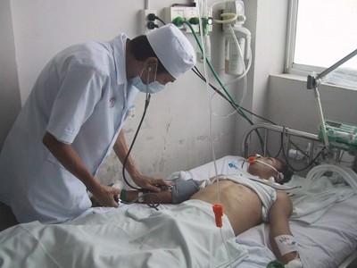 Một người bị loạn thần do rượu được bác sĩ thăm khám. Ảnh: L.N