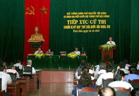 Thủ tướng Nguyễn Tấn Dũng trao đổi với cử tri Hải Phòng.