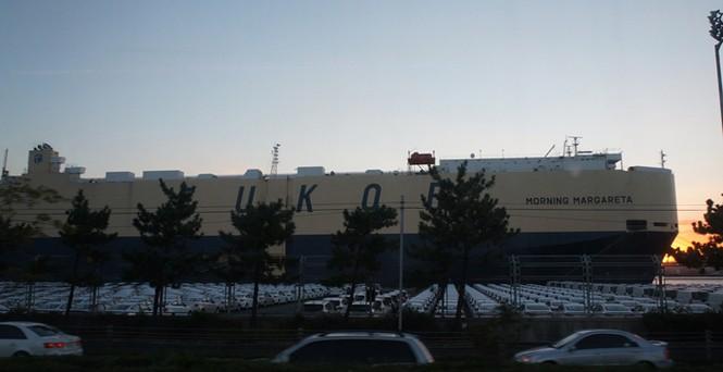 Tàu ở bến cảng riêng của Hyundai Motor chờ để chuyên chở ô tô tới các thị trường tiêu thụ