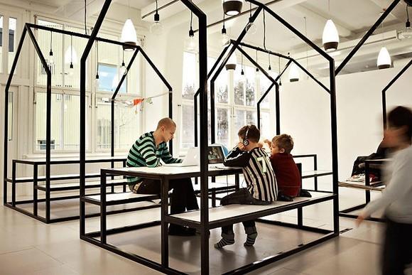 Thay vì nhưng dãy bàn học dài là những bộ bàn ghế dã ngoại, học sinh và giáo viên có cảm giác như đang học nhóm cùng nhau